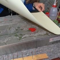 Papier wird auf die Oberfläche gelegt