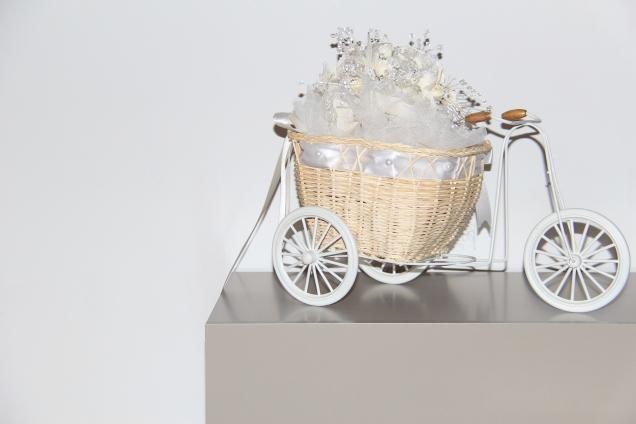 Country Look Fahrrad im Wohnzimmer mit Brautstrauß im Korb