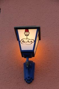 Außen: Straßenlaterne mit Logo